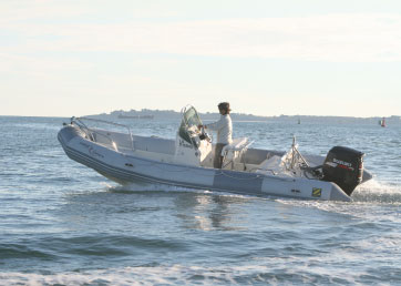 Bateau à moteur Hadrock en mer