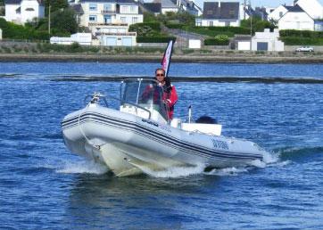 Bateau à moteur Rock en mer